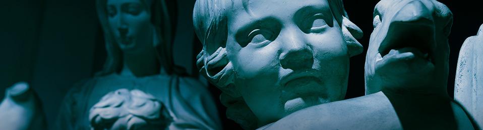Imagen de la estatua de un niño y una mujer al fondo