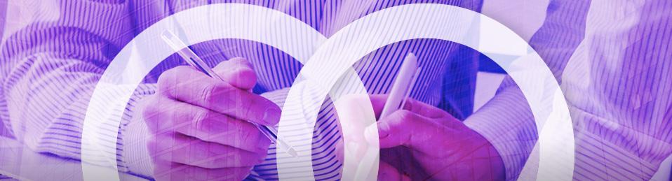 Composición dobles titulaciones, imagen de 2 circulos unidos sobre un fondo de 2 personas trabajando